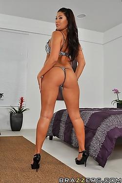 London Keyes gets a good phallic thrashing up her ass