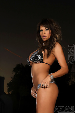 Kristi Curiali Busty Babe In Silver Bikini Is Pure Gold