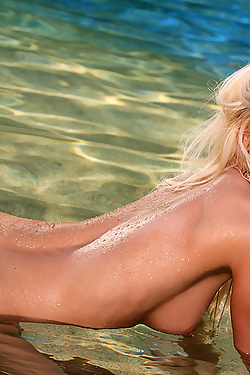 Amanda Parker Makes A Splash In A Gold Bikini
