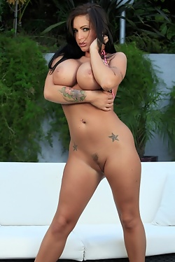 Check out the sexy Jenna Presley's new bikini, look at the way it goes up right between her pussy lips