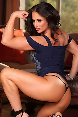 Bodybuilder Nikki Jackson shows off her muscles and gorgeous face
