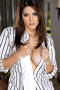 Sunny Leone Busty Indian Pornstar Strips Shirt